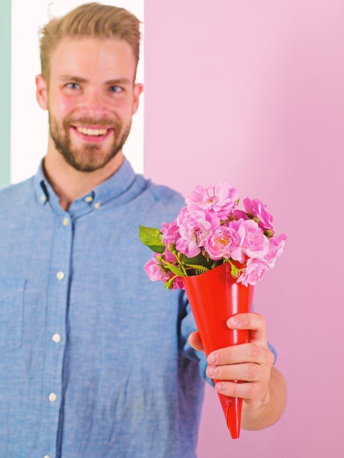 Detta är för dig som är macho, ger blommor som den romantiska gåvan För hållbukett för pojkvän lyckliga blommor Grabben kommer me arkivfoto