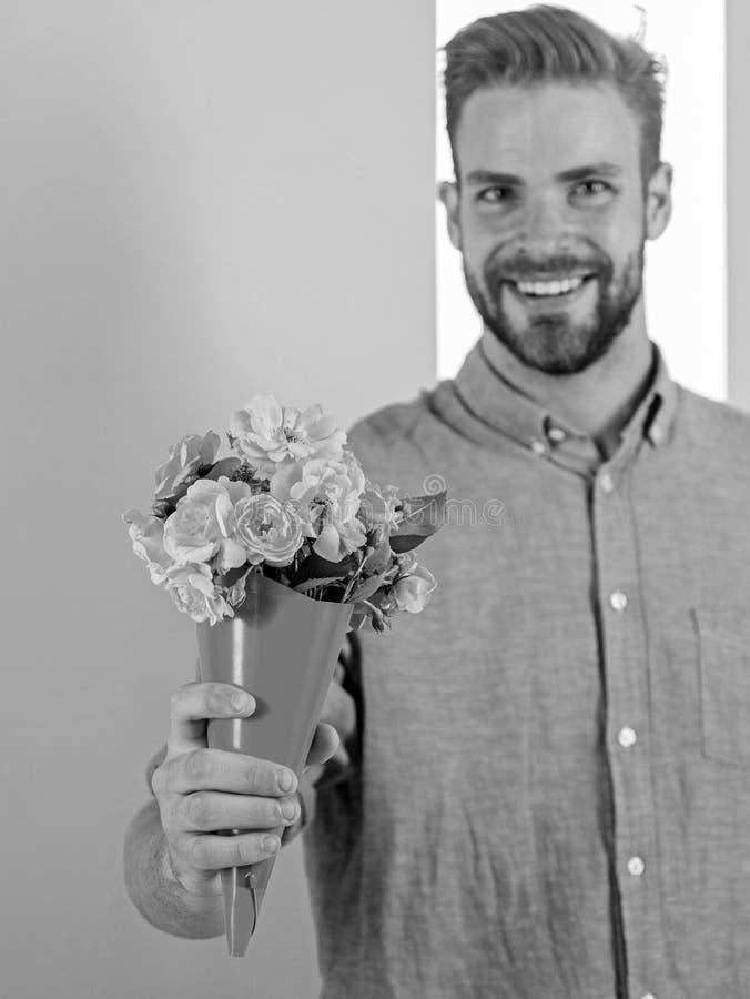 Detta är för dig som är macho, ger blommor som den romantiska gåvan För hållbukett för pojkvän lyckliga blommor Grabben kommer me arkivfoton