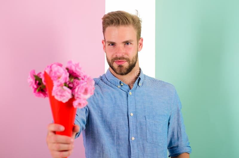 Detta är för dig som är macho, ger blommor som den romantiska gåvan För hållbukett för pojkvän säkra blommor Man som är klar för  royaltyfri fotografi