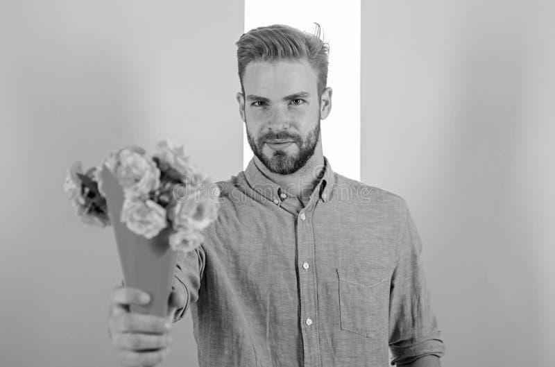 Detta är för dig som är macho, ger blommor som den romantiska gåvan För hållbukett för pojkvän säkra blommor Man som är klar för  fotografering för bildbyråer