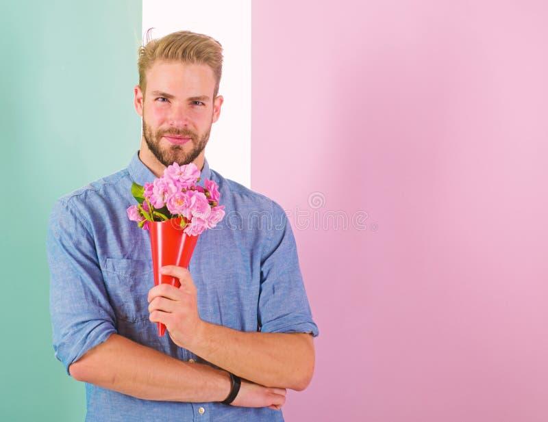 Detta är för som dig, kommer med mannen som är klar för romantiskt datum, buketten rosa blommor Macho ger blommor som den romanti arkivbilder