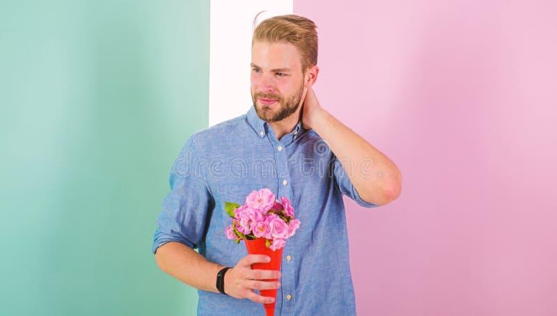 Detta är för som dig, kommer med mannen som är klar för romantiskt datum, buketten rosa blommor Macho ger blommor som den romanti royaltyfria foton