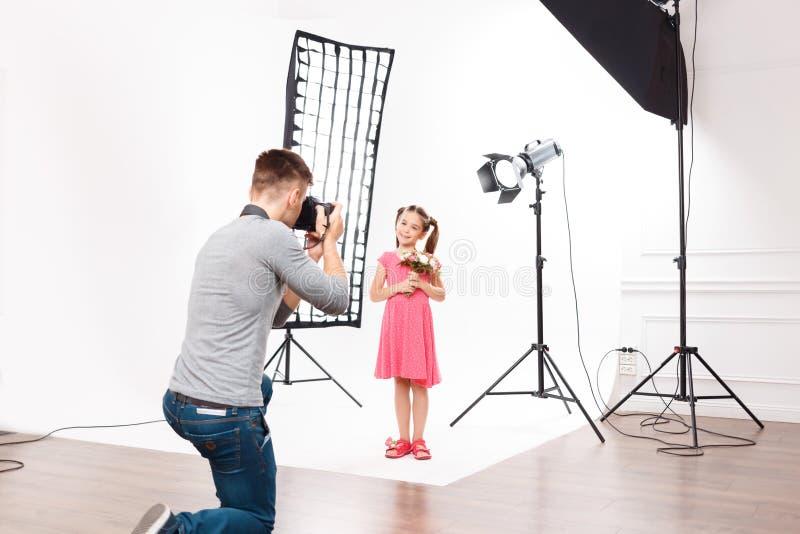Detta är hur barns photoshoot ser som royaltyfri bild