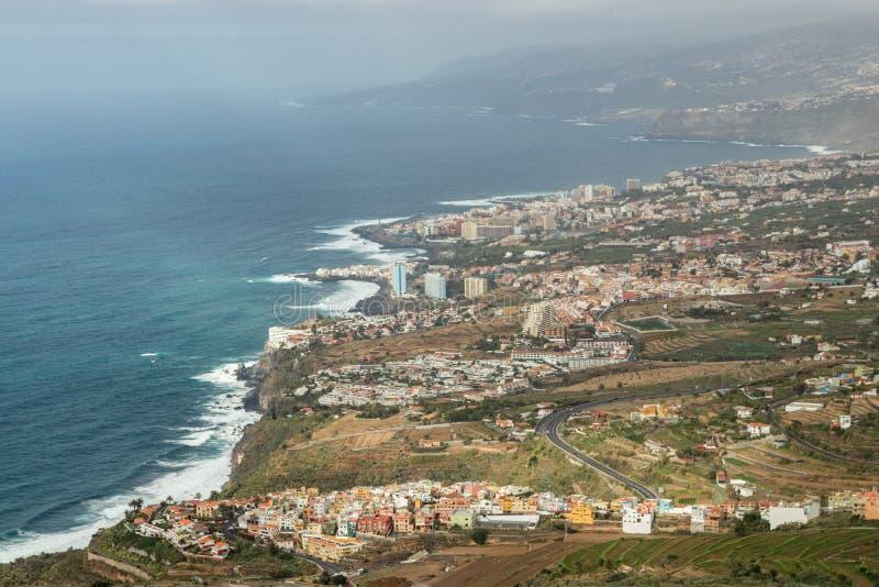 Detta panorama- fotografi som tas på en Mirador de El Lance, visar norrkusten av Tenerife och den Orotava dalen Tenerife royaltyfri fotografi