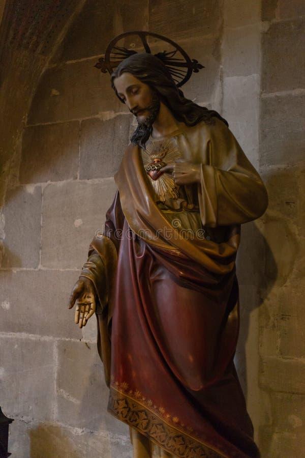 dettagli ad un'area scura dell'altare in chiesa cattolica immagini stock libere da diritti