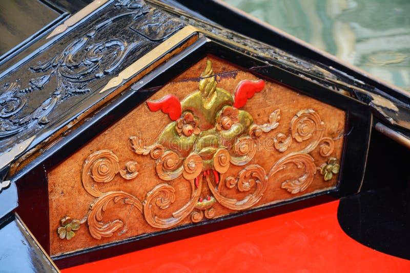 Dettagli arancio e dorati di una gondola, Venezia fotografie stock