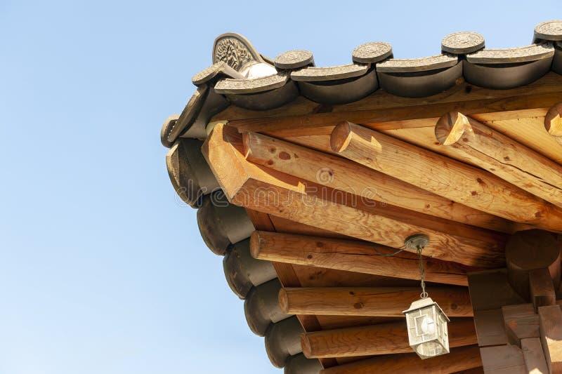 Dettagli architettonici della gronda di legno ed estremit? del tetto di piastrella di ceramica della casa di tradizione al villag fotografia stock