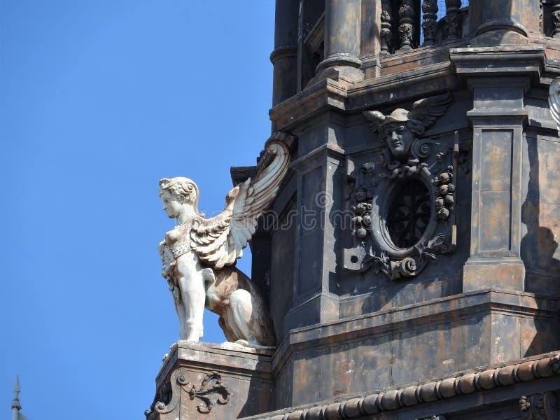 Dettagli architettonici delle pareti di pietra delle case a Parigi immagine stock