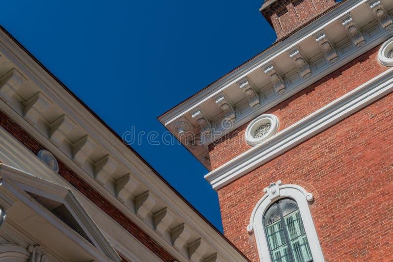 Dettagli architettonici esteriori con le finestre incurvate e rotonde immagine stock libera da diritti