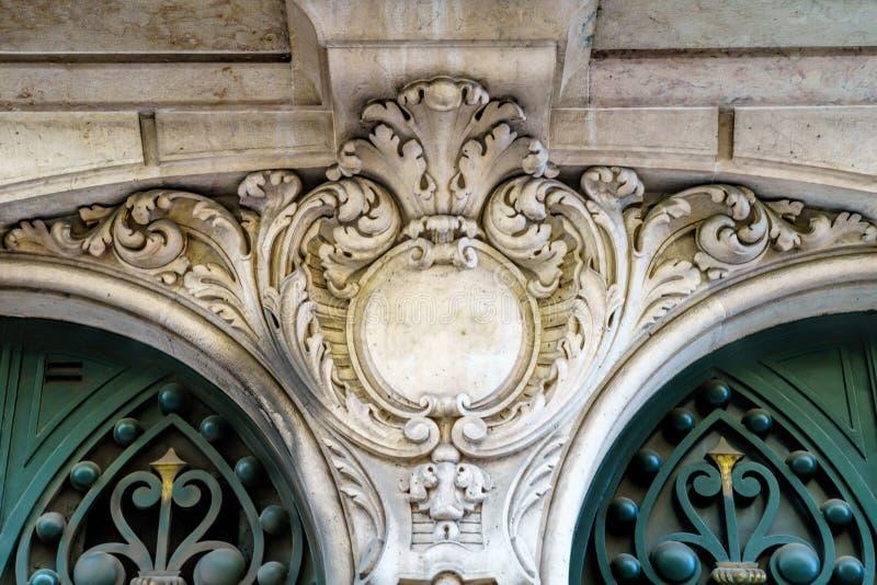 Dettagli architettonici su costruzione, arricciamenti estetici architetto immagine stock