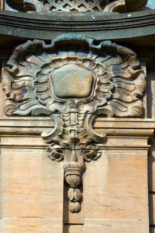 Dettagli architettonici su costruzione, pietra scolpenti, arricciamenti estetici immagini stock