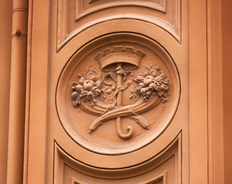 Dettagli architettonici su costruzione, pietra scolpenti, arricciamenti estetici immagini stock libere da diritti