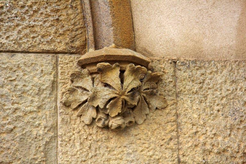Dettagli architettonici su costruzione, pietra scolpenti, arricciamenti estetici immagine stock