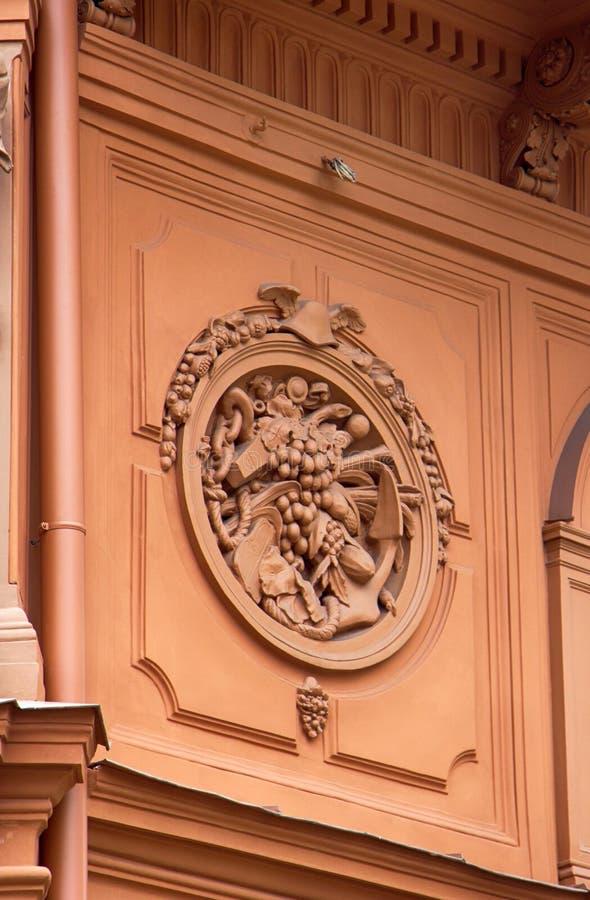 Dettagli architettonici su costruzione, pietra scolpenti, arricciamenti estetici fotografia stock libera da diritti