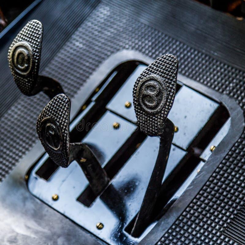 Dettagli automobilistici d'annata dei pedali fotografia stock libera da diritti
