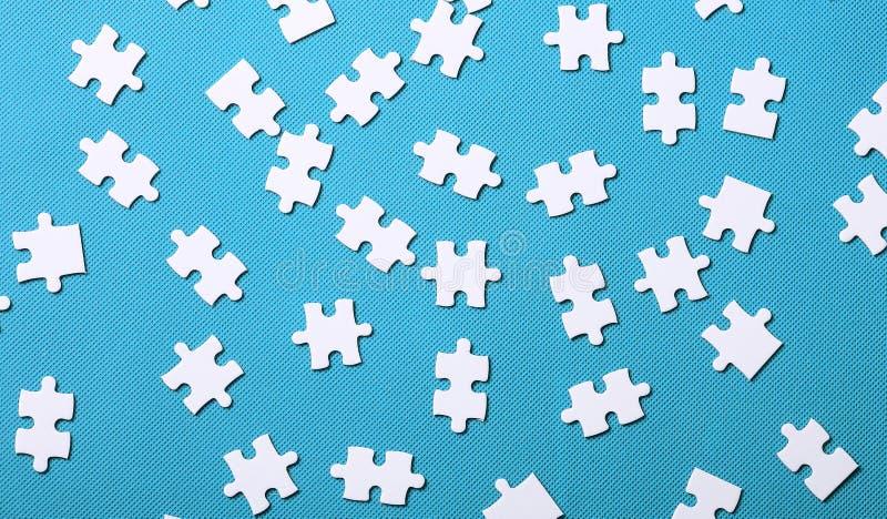 Dettagli bianchi di un puzzle su fondo verde Un puzzle è un puz immagini stock