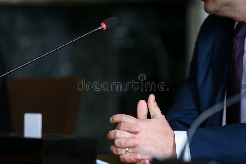 Dettagli con le mani di un uomo in un uomo d'affari del vestito, CEO, politico che tiene un discorso in un microfono fotografie stock