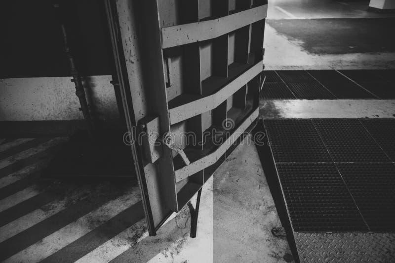 Dettagli con le porte di metalli pesanti di un rifugio antiatomico del riparo di esplosione nucleare, quattro storie sotto terra  fotografia stock