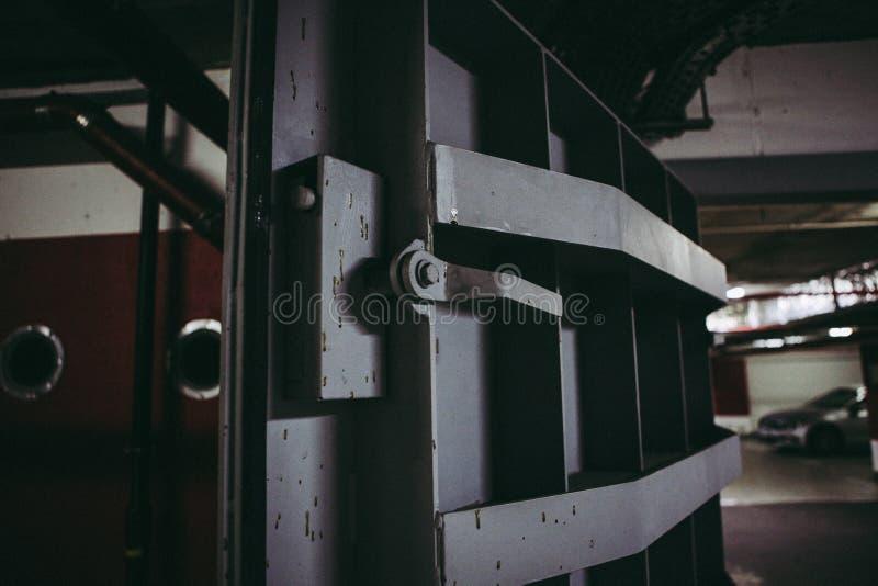 Dettagli con le porte di metalli pesanti di un rifugio antiatomico del riparo di esplosione nucleare, quattro storie sotto terra  fotografia stock libera da diritti