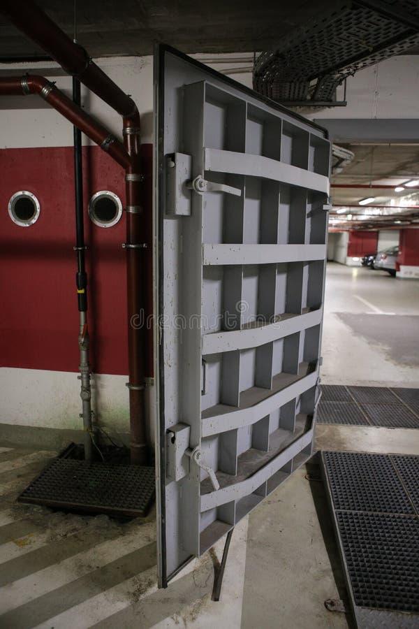 Dettagli con le porte di metalli pesanti di un rifugio antiatomico del riparo di esplosione nucleare, quattro storie sotto terra  immagine stock libera da diritti