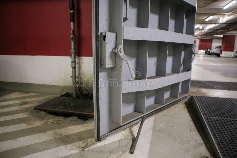 Dettagli con le porte di metalli pesanti di un rifugio antiatomico del riparo di esplosione nucleare, quattro storie sotto terra  immagini stock libere da diritti