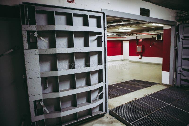 Dettagli con le porte di metalli pesanti di un rifugio antiatomico del riparo di esplosione nucleare, quattro storie sotto terra  immagini stock