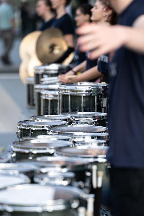 Dettagli da una banda di manifestazione, banda del tamburo di fanfara la nostra orchestra in marcia fotografie stock