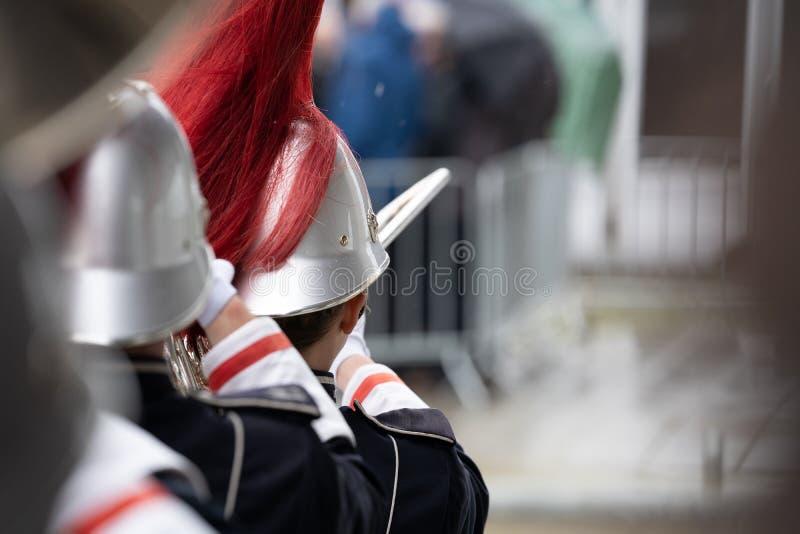 Dettagli da una banda di manifestazione, banda del tamburo di fanfara la nostra orchestra in marcia fotografia stock
