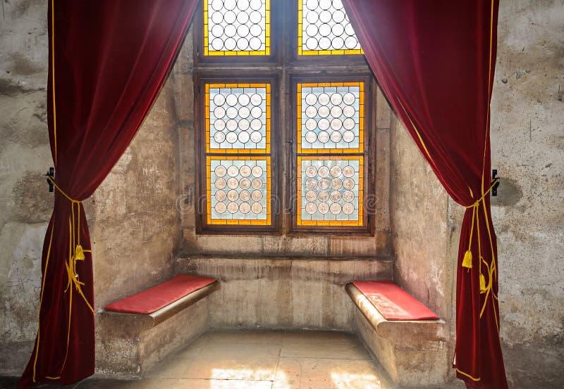 Dettagli dalla stanza interna della configurazione del castello di Corvins da John Hunyadi, finestra colorata fotografia stock libera da diritti