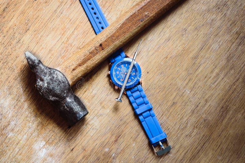 Dettagli degli orologi e dei meccanismi per la riparazione, il ripristino e la manutenzione immagini stock libere da diritti