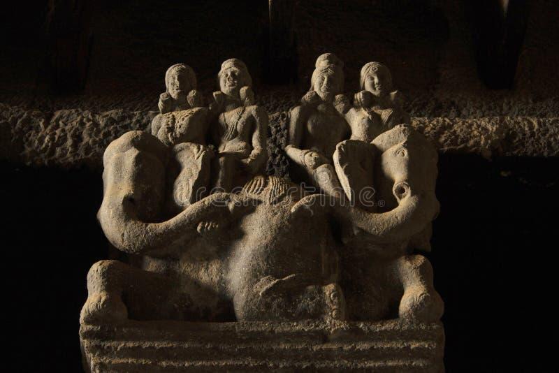 Dettagli dei cavalieri dell'elefante su uno della colonna nel corridoio di chaitya, circa CE del II secolo, Karla Caves, Pune, ma immagini stock