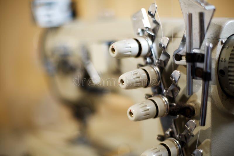 Dettagli del primo piano sul overlock della macchina per cucire Cucitrice del posto di lavoro Adattamento dell'industria immagini stock