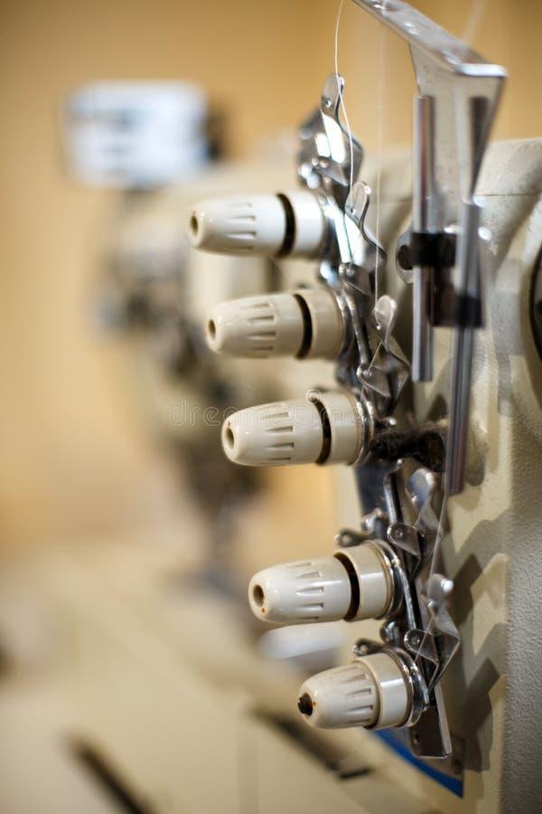 Dettagli del primo piano sul overlock della macchina per cucire Cucitrice del posto di lavoro Adattamento dell'industria fotografia stock libera da diritti