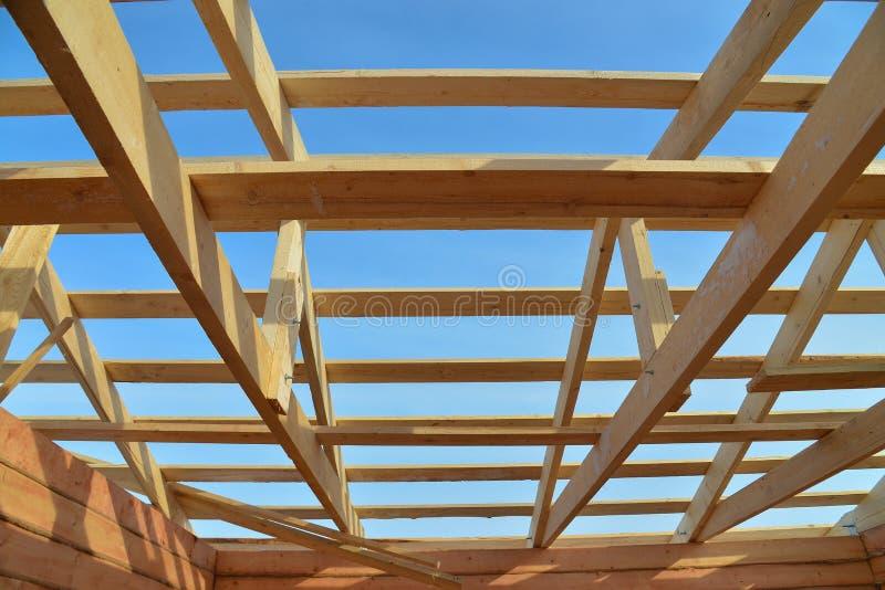 Dettagli del tetto di legno della costruzione, coprenti il sistema della struttura del legname immagini stock