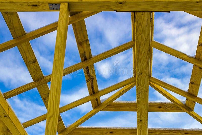 Dettagli del tetto di legno della costruzione, coprenti il sistema della struttura del legname immagini stock libere da diritti