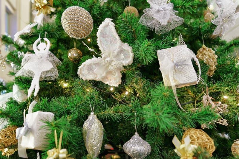 Dettagli dell'albero di Natale al Galerija Centrs a Riga fotografie stock