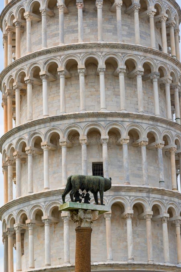 Dettagli dell'esterno della torre pendente di Pisa, il quadrato del dei Miracoli della piazza di miracoli a Pisa, Toscana, Italia immagini stock