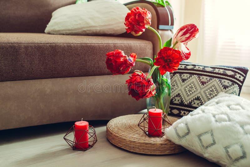 Dettagli dell'interno moderno del salone Cuscino della paglia di Tatami decorato con i fiori ed il cuscino sul pavimento fotografia stock