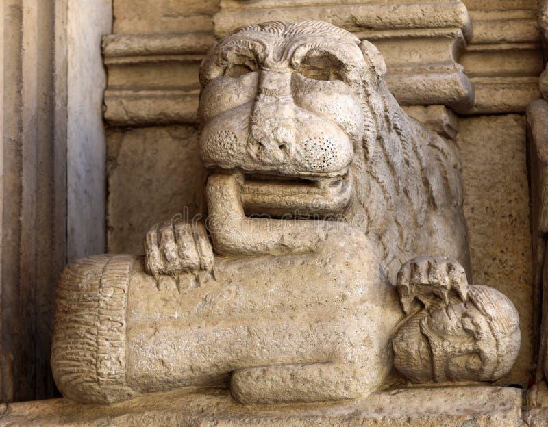 Dettagli della cattedrale portale ad ovest di Trophime del san in Arles, Francia Bouches-du-Rhone immagini stock libere da diritti