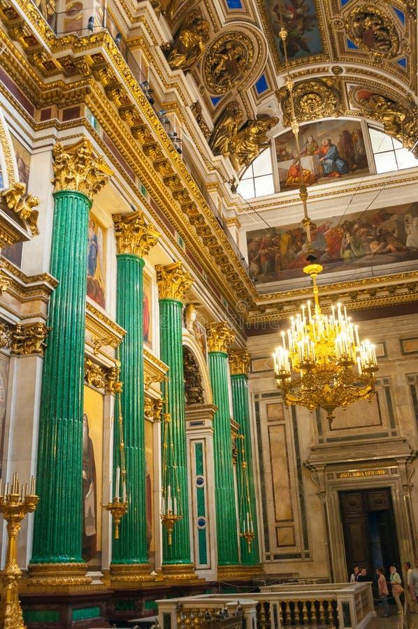 Dettagli della decorazione, interno della st Isaac Cathedral a St Petersburg, Russia Colonne della malachite e pitture della bibb fotografia stock