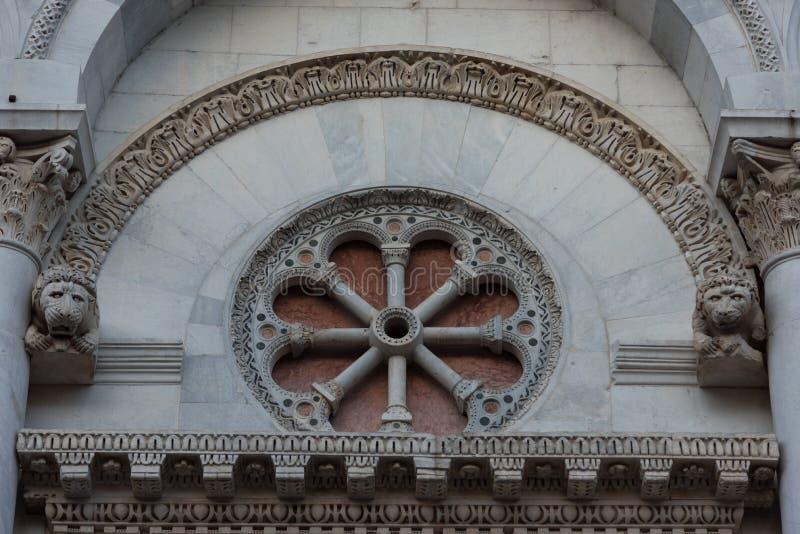 Dettagli della facciata della chiesa San Michele in foro St Michael a Lucca, Italia immagini stock libere da diritti