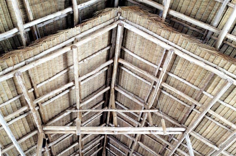 Dettagli della struttura di tetto di legno ricoperta di paglia del timpano fotografia stock libera da diritti