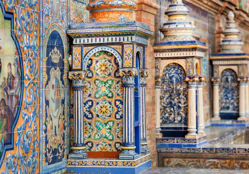 Dettagli delle colonne delle mattonelle e delle pareti di Plaza de Espana famosa, esempio di architettura dell'Andalusia, Sevilla immagine stock