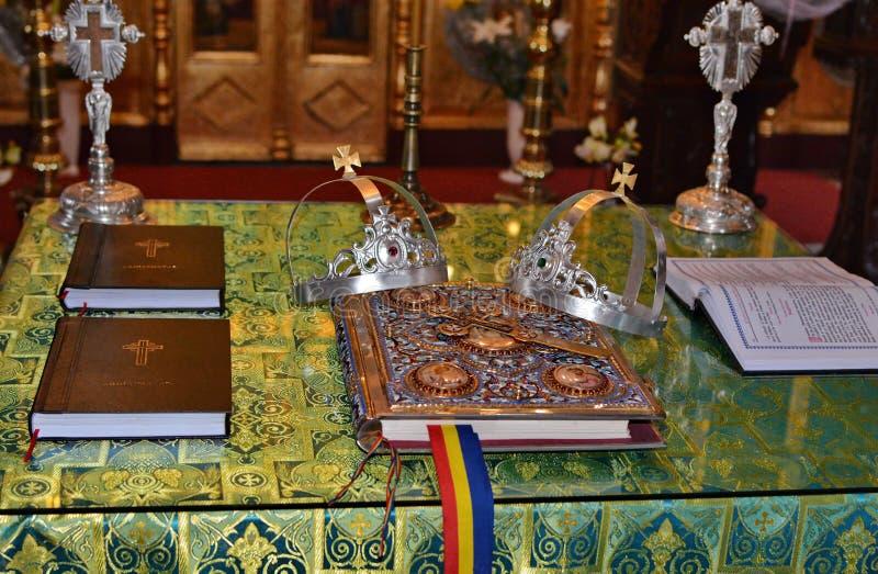 Dettagli delle corone sante di nozze e dell'incrocio immagini stock libere da diritti