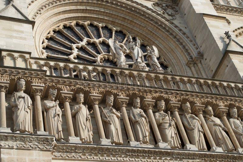 Dettagli delle figure - sculture di pietra su Notre Dame Cathedral Paris, Francia fotografie stock libere da diritti