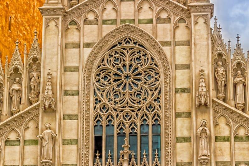 Dettagli di architettura della facciata della chiesa cattolica a Roma, Italia fotografie stock