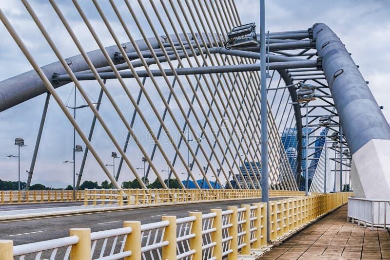 Dettagli di architettura moderna - una strada asfaltata vuota su un grande ponte fotografia stock libera da diritti