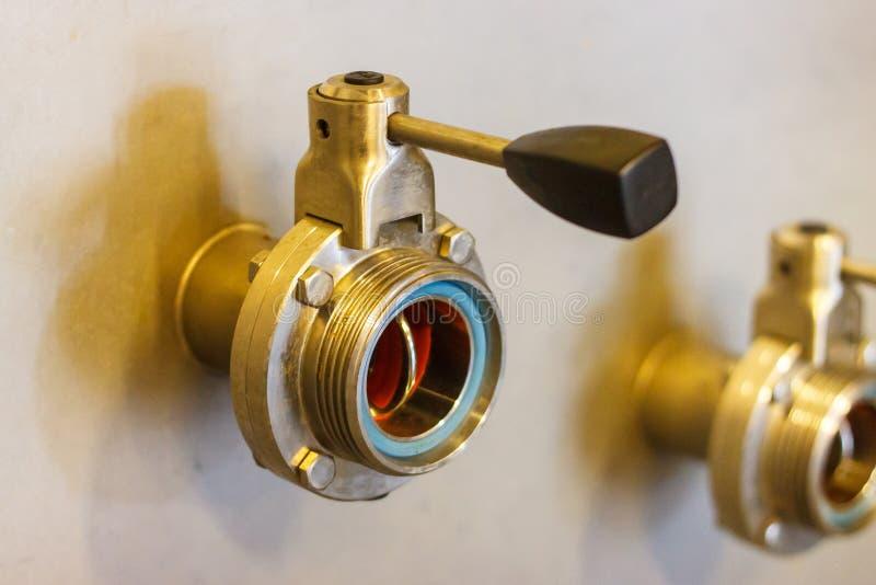 Dettagli di attrezzatura in una fabbrica di birra fotografie stock