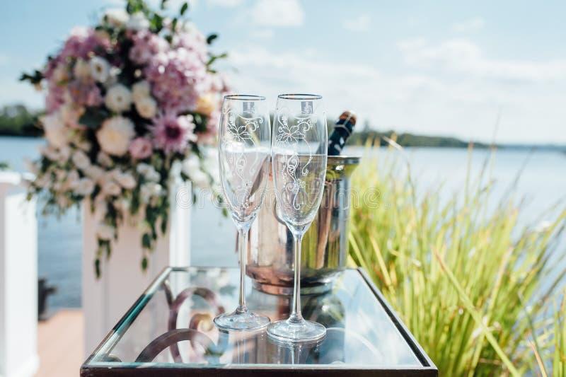 Dettagli di bella cerimonia di nozze nel parco fotografie stock