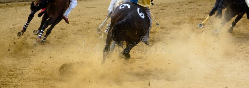 Dettagli di corsa di cavalli di Asti dei Di di Palio delle gambe galoppanti dei cavalli sull'ippodromo immagini stock
